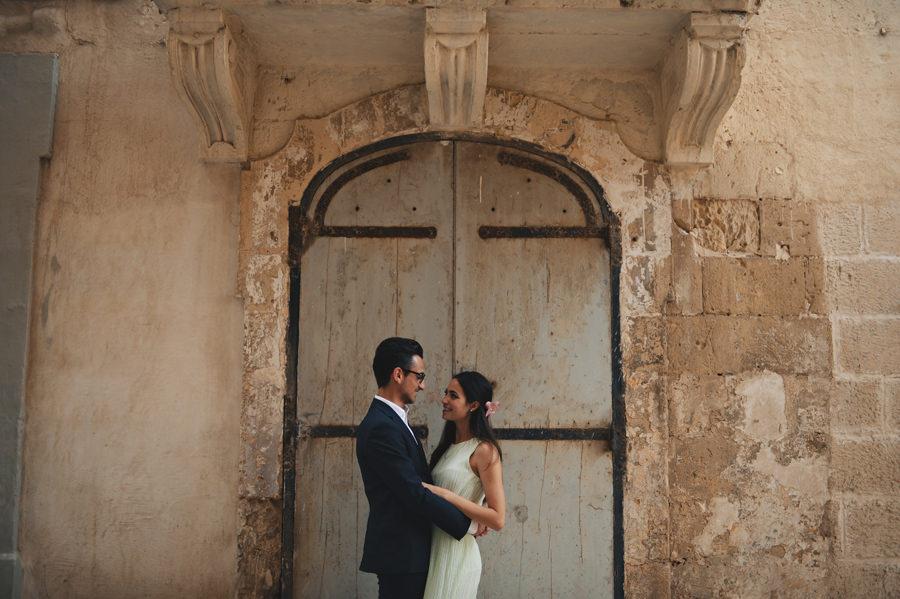 Engagement portrait in Valletta in front of a door - Zácsfalvi Gyula