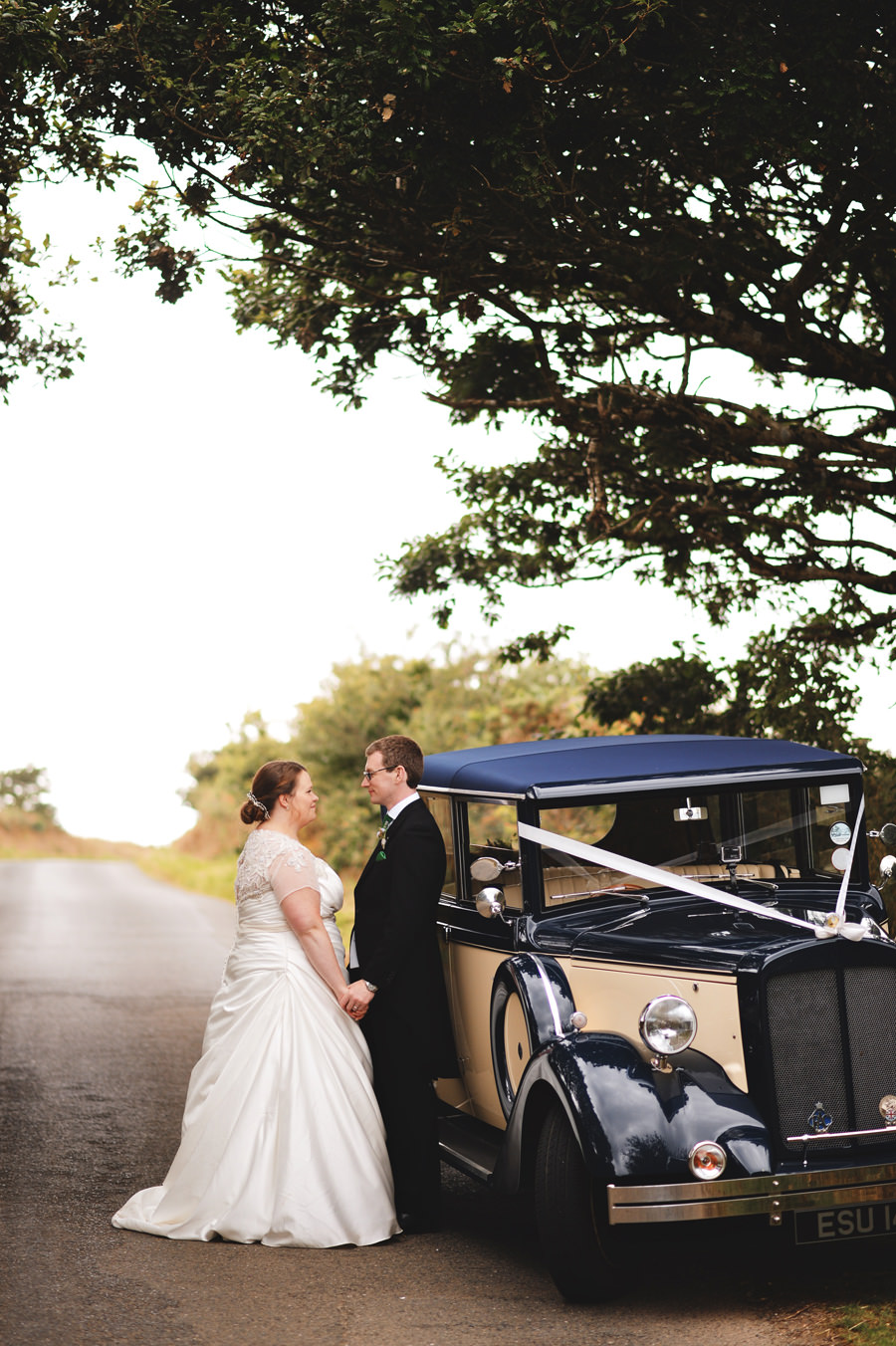 Bride and Groom portrait in Cornwall, England with old timer car - Zácsfalvi Gyula