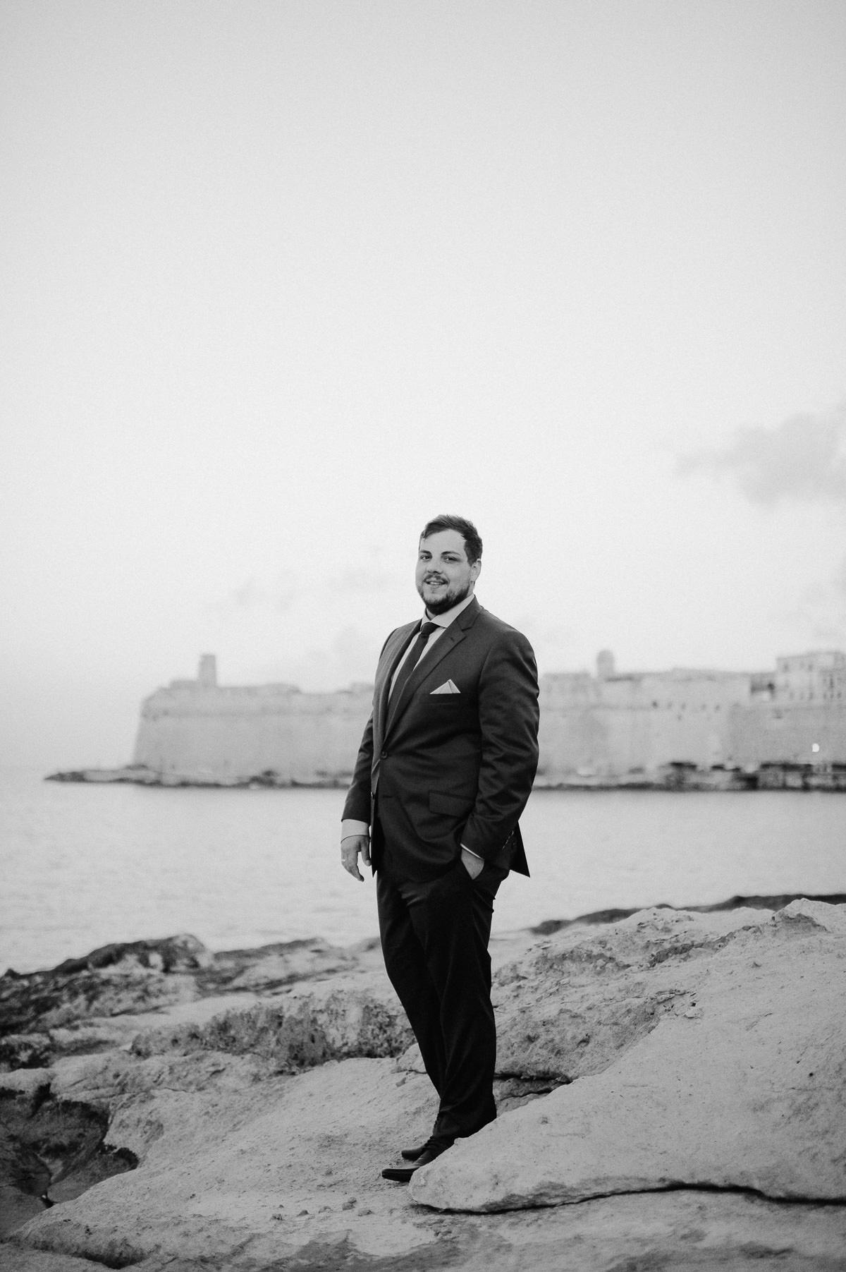 groom portrait in Valletta by the sea