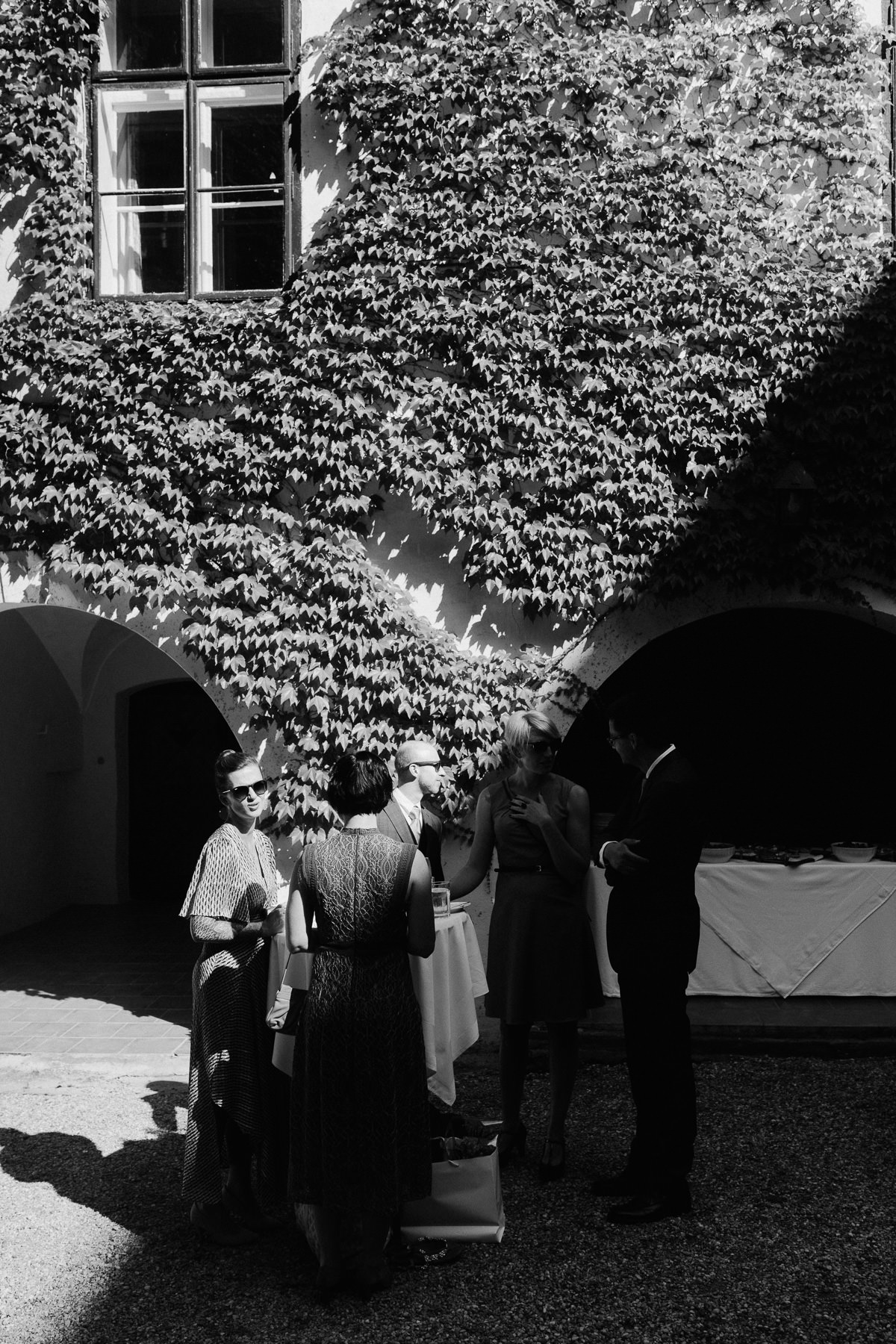 wedding guests arriving to Schloss Ernegg