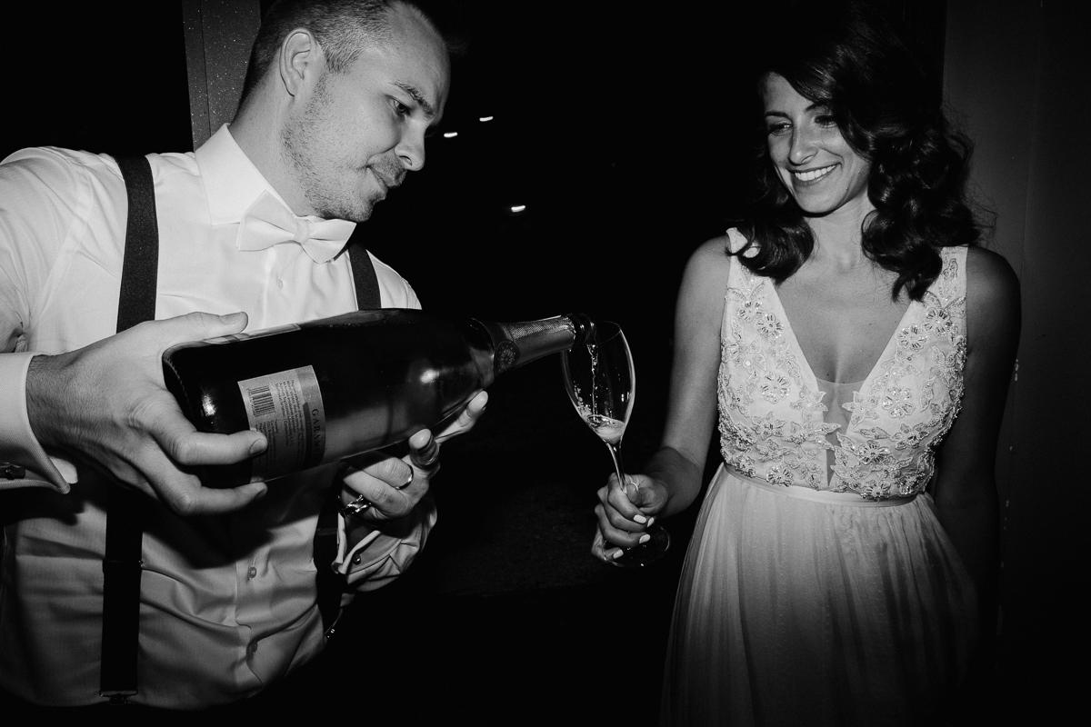 esküvői pár pezsgőzik