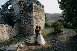 Szent Balázs templomrom kreatív esküvői fotó Balatoni szőlősben